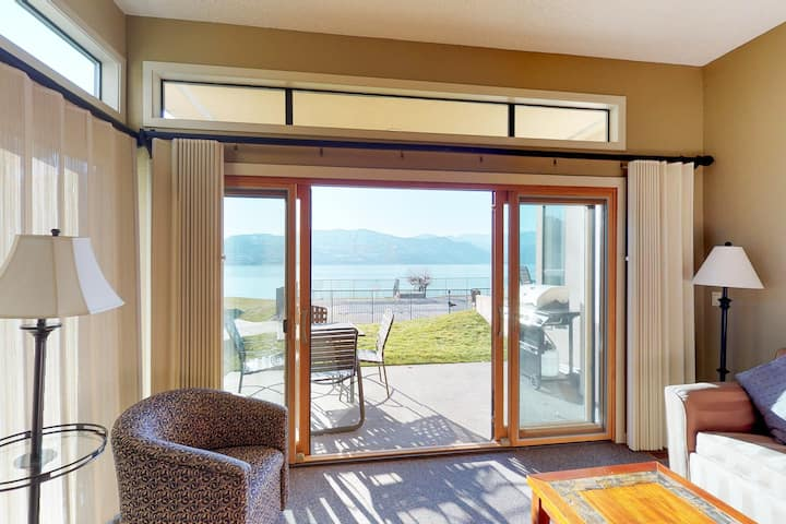 Cozy lakefront condo on Lake Chelan with a shared pool, hot tub, & tennis!