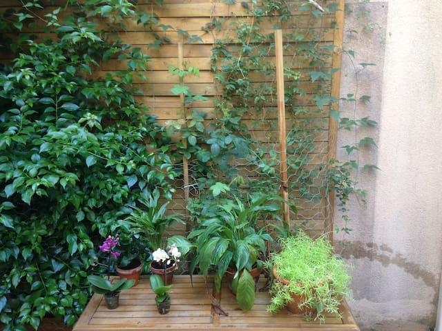 C'est notre terrasse privée , patio rez de chaussée de l' immeuble.