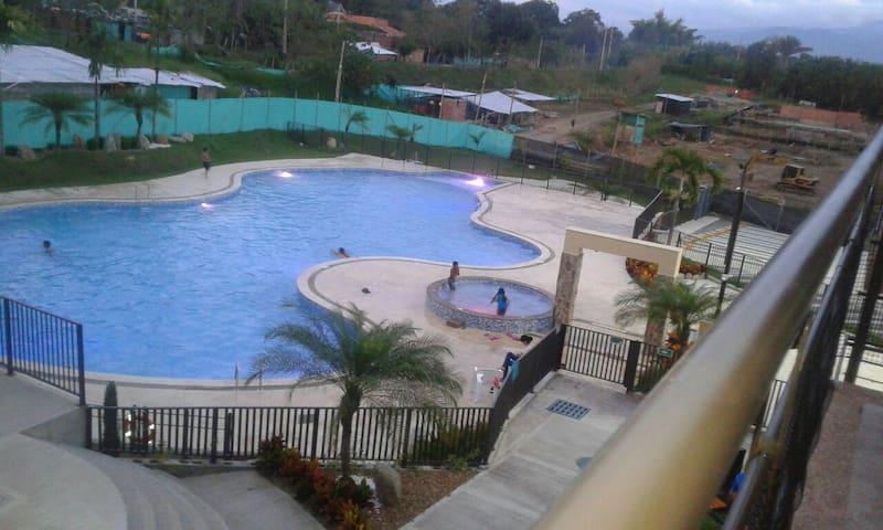 Apt con balcon, vista a la piscina, en la Tebaida