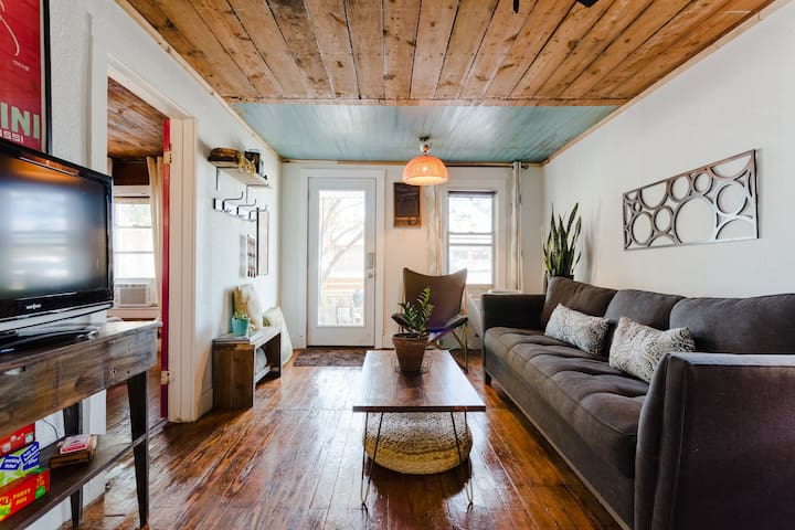 Charming Bungalow-Sleeps 4 🎵1.5 miles to downtown