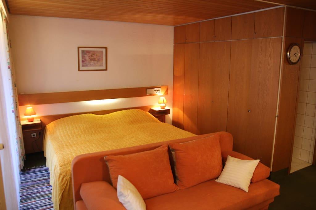 Doppelbett, Schlafcouch, Einbauschraenke