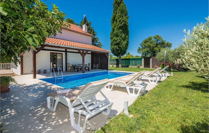 Amazing home in Smokovic with Outdoor swimming pool, WiFi and 4 Bedrooms