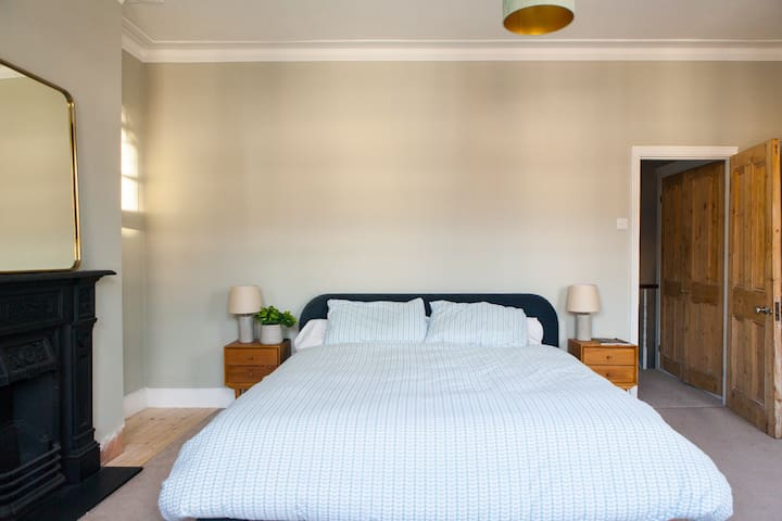 Huge, beautiful room with super king size bed