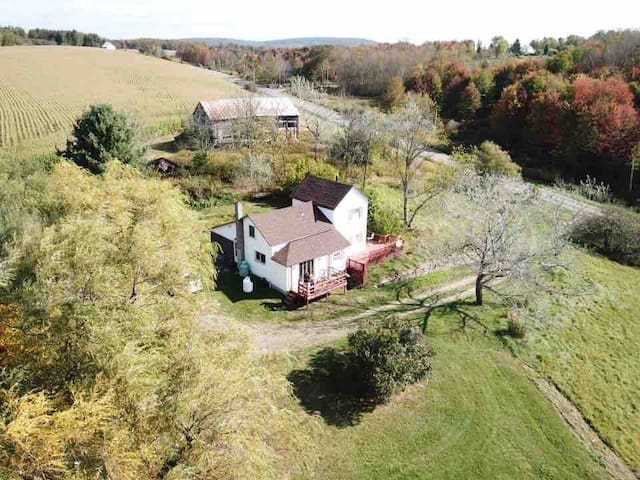 1900s Farmhouse, 2 Acres, beautiful views,private!