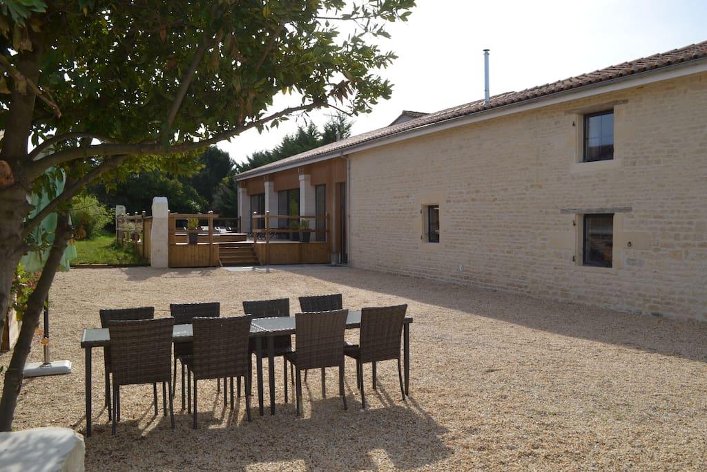 Cour avec salon de jardin, plancha, portail électrique
