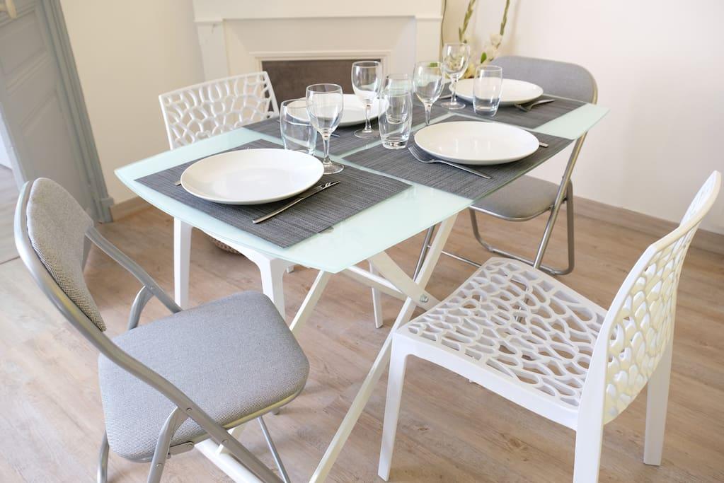 Une vraie table pour manger à 4 en toute convivialité.