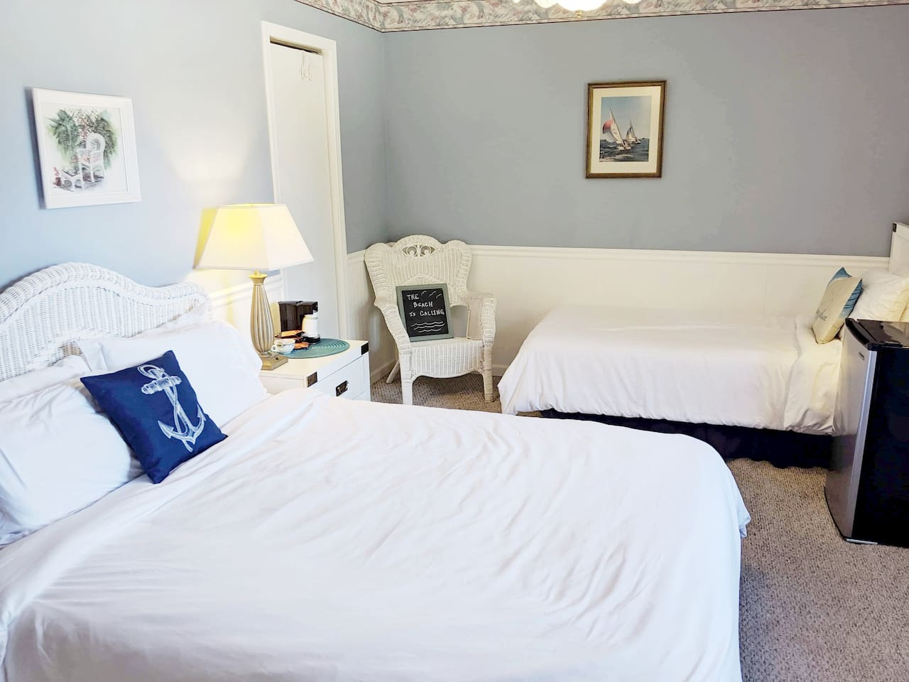 Your private room includes a queen & twin bed, minifridge, Smart TV with Hulu, fan, coffee maker, AC/heat, & private bath. Your window has a view of our barn & your car in the parking area.