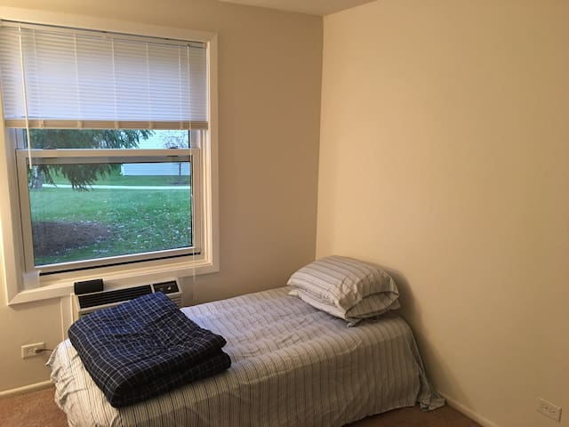 One BR in a Two BR Apt. Girls Only. - Hoffman Estates