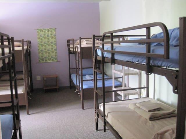 8-Bed Dorm @ The Burlington Hostel - Burlington - Huoneisto