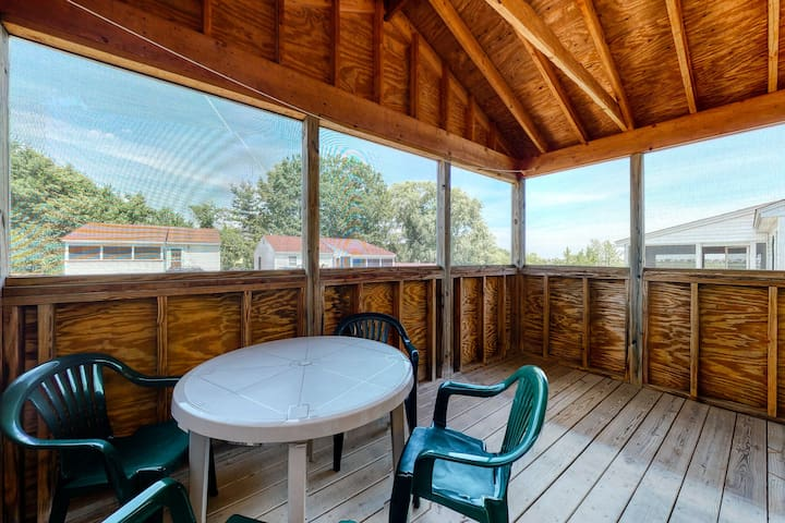New listing! Sunny cottage w/ screened porch  - near the beach!
