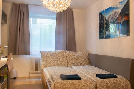 Superb Room directly at the most famous street! 🌆