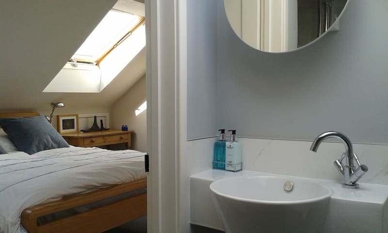 Double bedroom with ensuite shower room - Saint Albans - Casa
