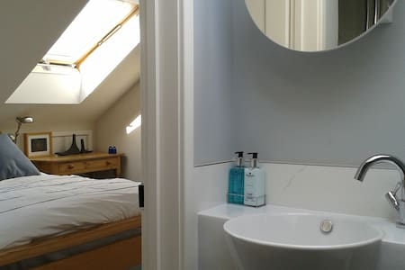 Double bedroom with ensuite shower room - Saint Albans