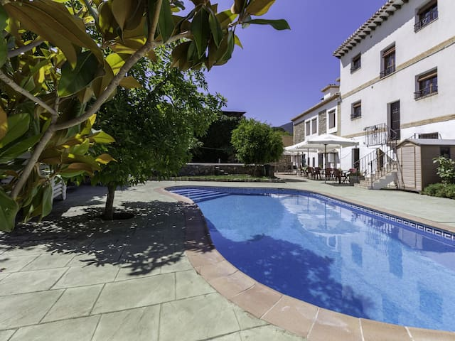 Complex of 3 apartments and 2 rural houses with swimming pool, large terrace and