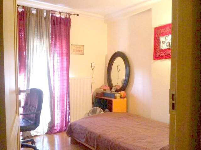 Near airport semi-double bed Room in residence