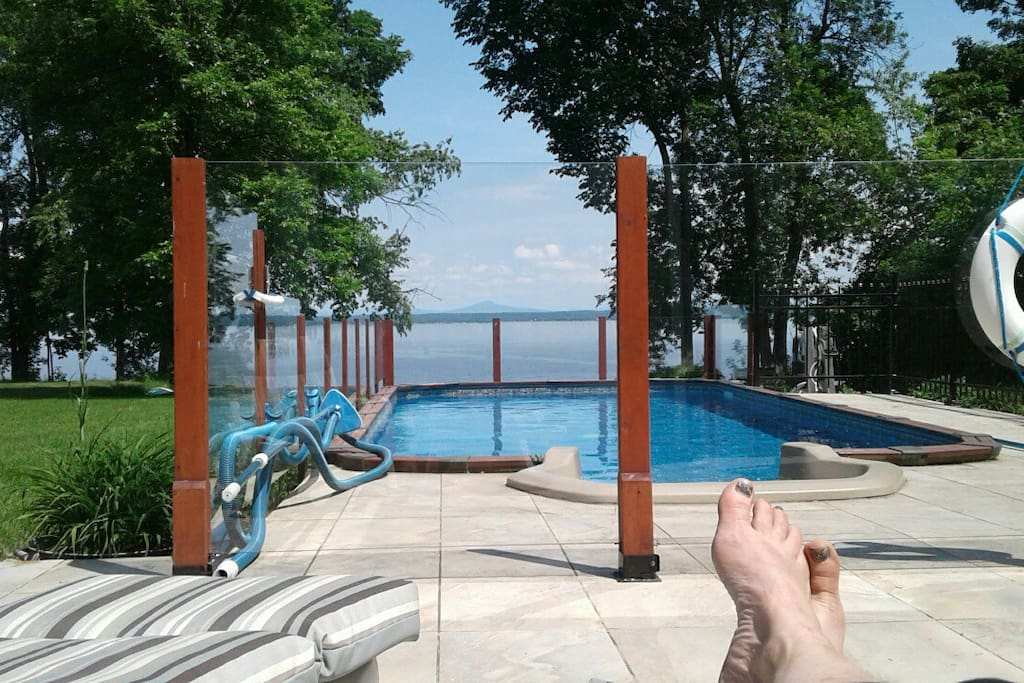 Le confort de la piscine et la vue apaisante du lac