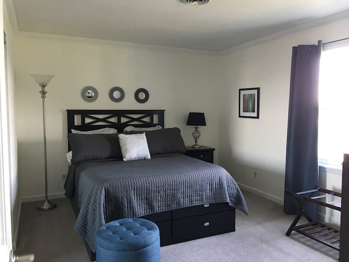Magnolia House Room 2 with Queen size bed