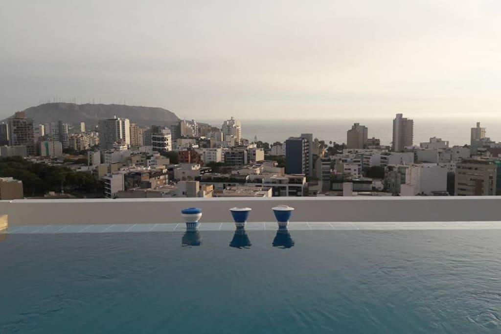 Piscina en el ultimo piso / Swimming pool at top floor