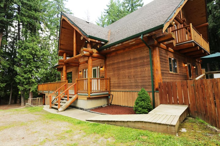 Shuswap's Best Family Vacation Rental - Hot Tub