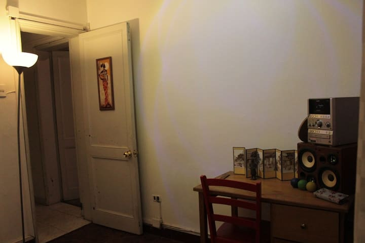 Pieza disponible. Cama dos plazas, con ropa de cama. Escritorio, clóset muy grande, ventanal que da directamente al patio.