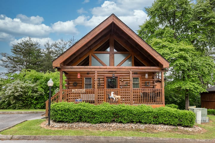 Wild West: Pin Oak Resort Cabin in the Heart of Pigeon Forge, Hot Tub and Resort Pool!