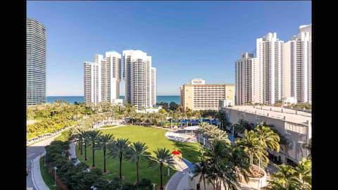 Квартира з видом на океан і пляж з балконом і басейном