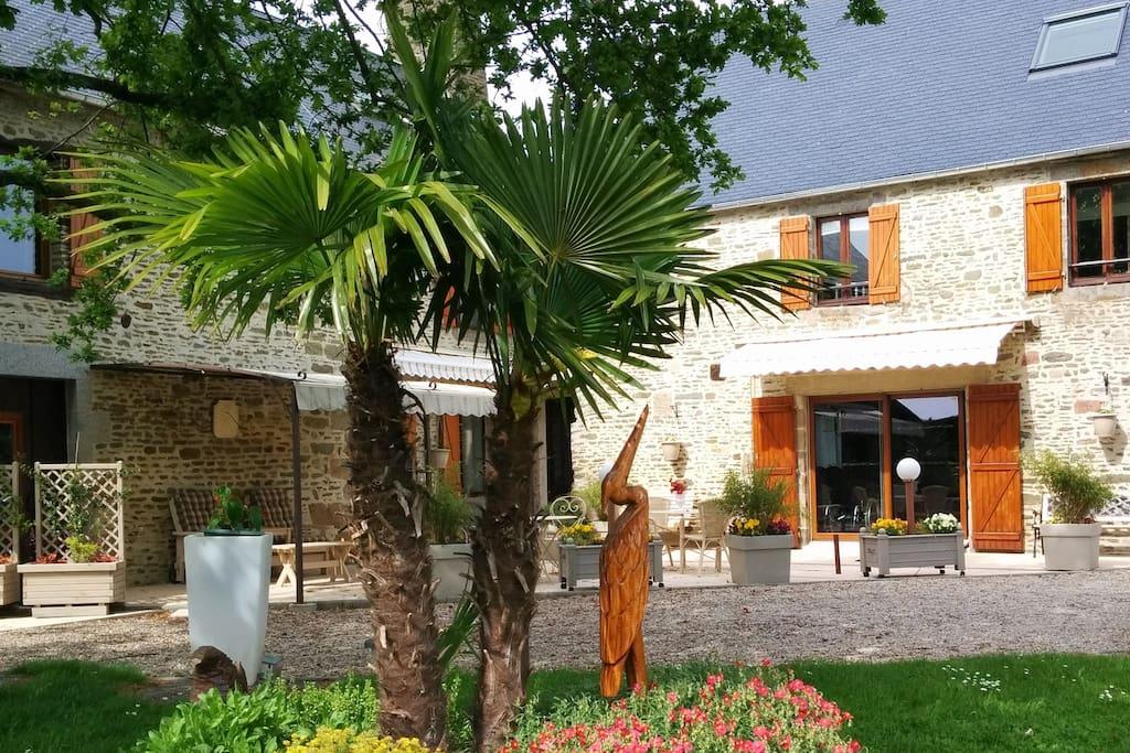 la maison en pierre et la grande terrasse