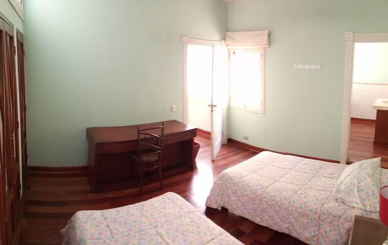 Habitación de cuatro camas, parte 1 –------------- Four beds room, part 1