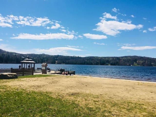 La plage du lac mercier a quelque minutes du logement.