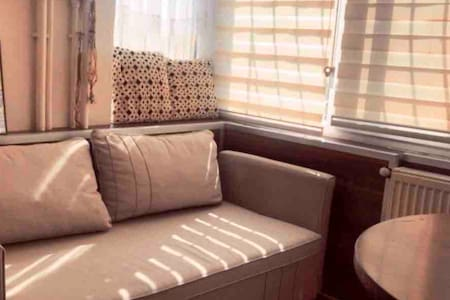 Apartman dairesinde sorunsuz, temiz, güvenli oda.