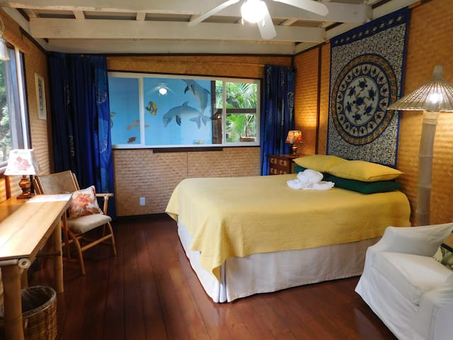 Cozy Jacaranda Room