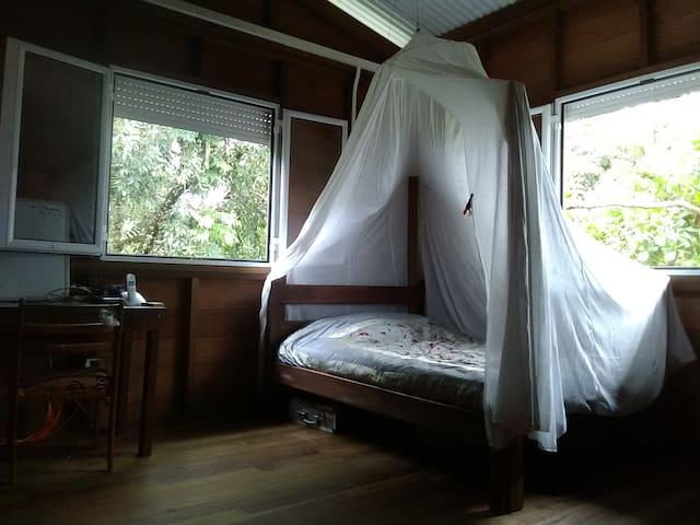 Jolie maison en bois, au coeur de la savane
