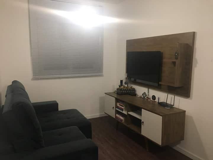 Quarto confortável em apartamento em Condomínio