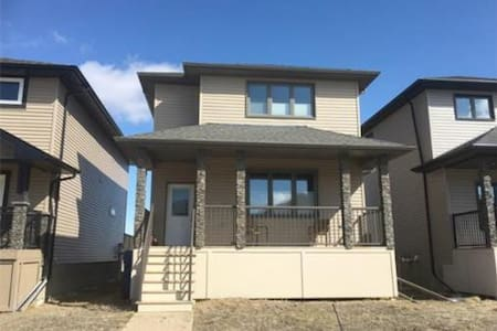 Modern 1 bdrm w/ Queen bed and bath in basement - Moose Jaw - House