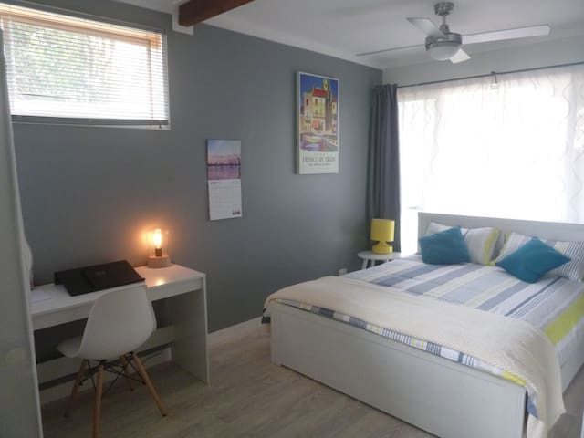 Self Contained Studio - New and Fresh - Southport - Apartamento