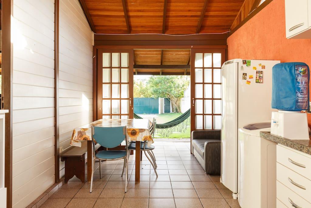 Cozinha completa, com fogão de 5 bocas, água mineral,torradeira, microondas, liquidificador e ferro de passar roupa.
