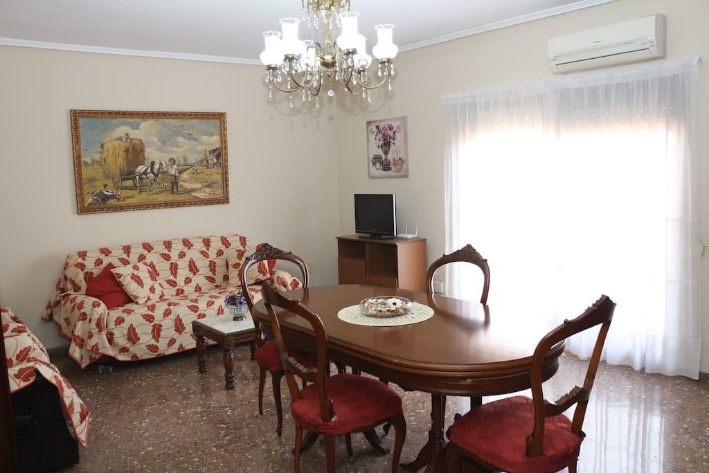 Amplio salón-comedor con vistas al mar. Sofá-cama para dos personas y dos sillones relax.