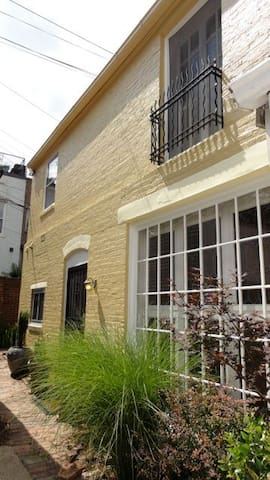 3rd & A  Great 2 BR carriage house top location - Washington - House