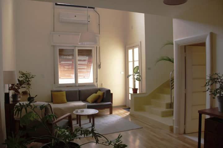 Minimal Bright Downtown Studio-Loft