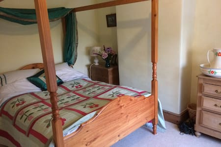 Pretty en-suite bedroom + sitting room Saddington