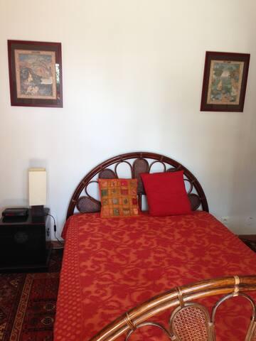 Chambre cosy avec un lit à 2 places.