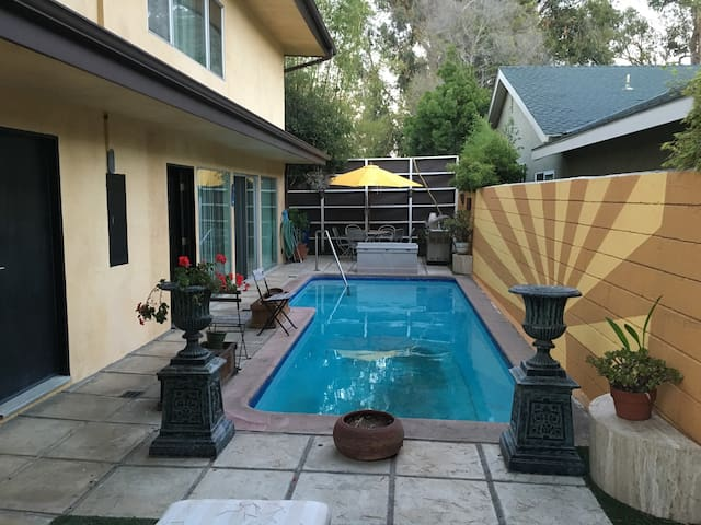 Palisades townhouse with pool - Los Angeles