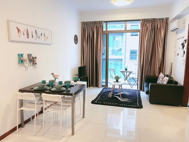 Amazing 3 Bedroom Near Central MRT & Buses 1