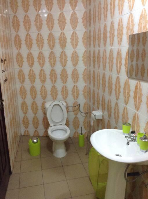 Intérieur des toilettes 1