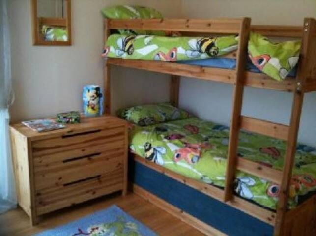 Il y a un lit parapluie pour bébé dans cette chambre, en pus des lits superposés. Pour rappel, le lit à l'étage est limité à un poids de 60kg.