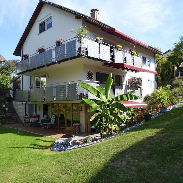 """Gemütliche Dachgeschosswohnung """"Haus am Mühlenbach"""" in schöner Lage mit WLAN, Terrasse und Garten; Parkplätze vorhanden"""