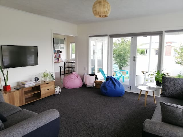 Chesters Charm - Sunny, Spacious, Relaxing.