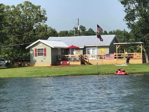 Casa del lago con vista completa al agua y cubierta enorme