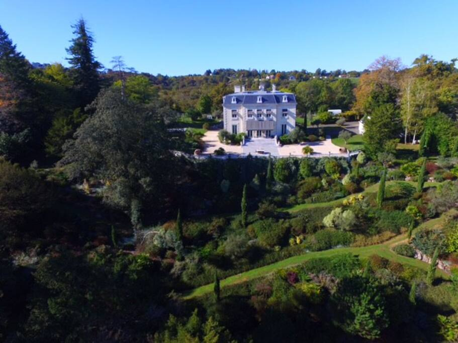 La demeure est située au coeur d'un parc arboré de 2 hectares accessible aux hôtes