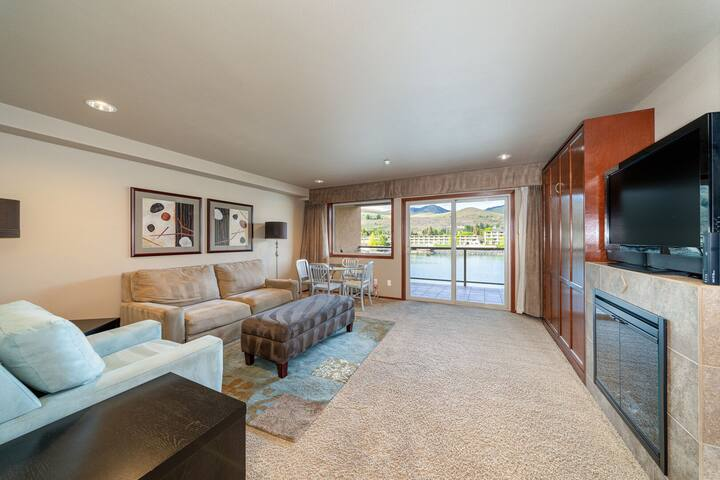 Grandview River View 632! Luxury Waterfront condo, sleeps up to 6!